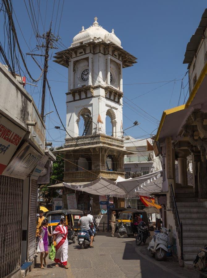 Tour et rues d'horloge de Ghanta Ghar dans Udaipur image stock