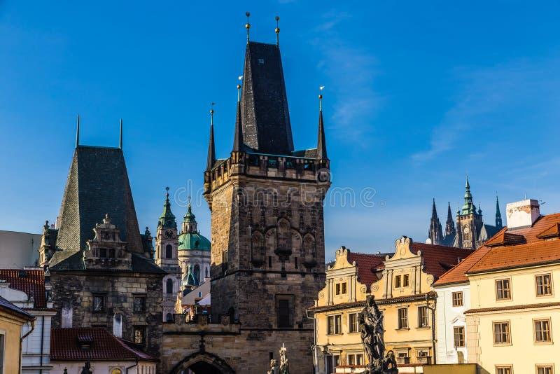 Tour et StNicholas Église-Prague, Czechia de pont photos stock