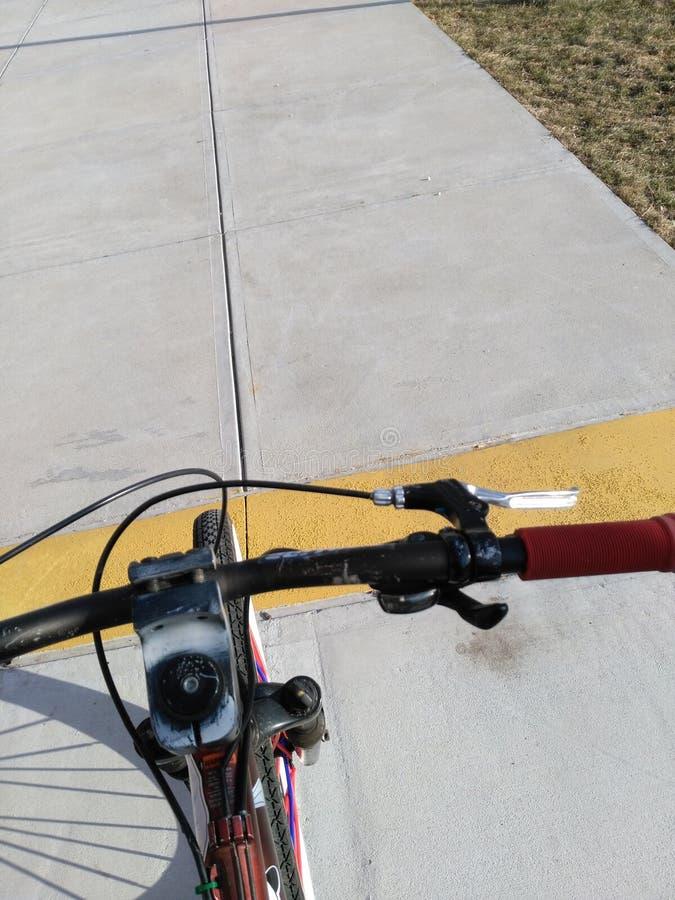 Tour exceptionnel lumineux suny faisant du vélo photographie stock