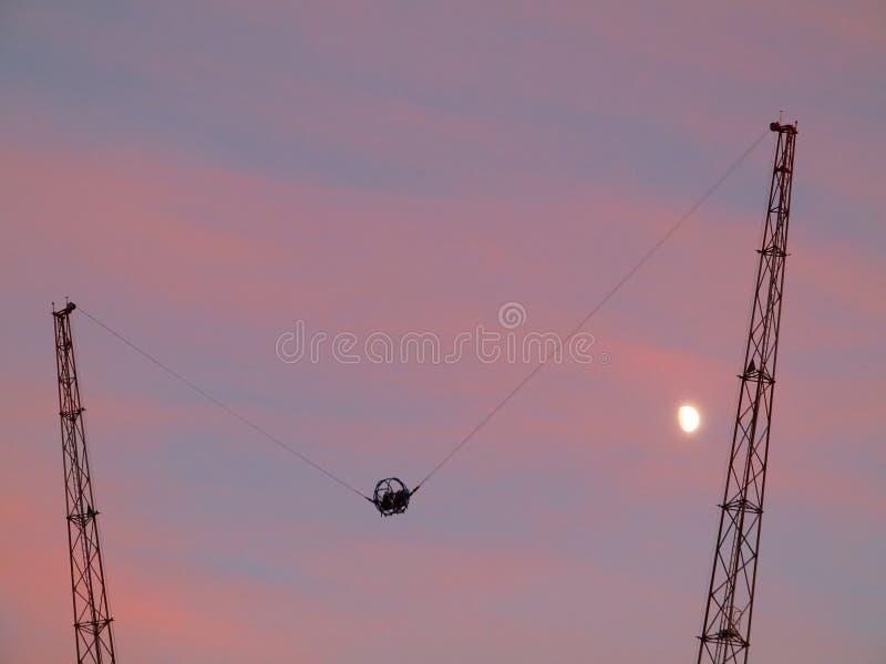 Tour extrême de tir de bride au ciel de coucher du soleil images stock