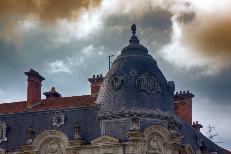 Tour faisante le coin de la maison avec les tuiles écallieuses, toit antique de couture images stock