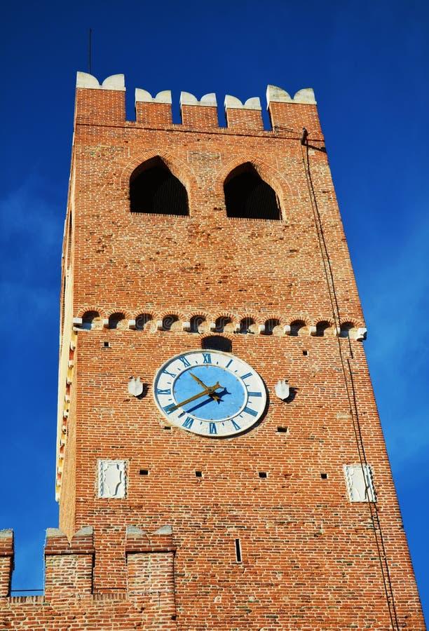 Tour, fenêtres, château, vieux murs contre le ciel bleu, dans Castelfranco Vénétie, l'Italie, l'Europe photo libre de droits