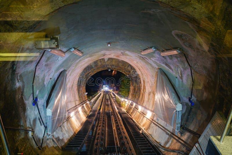Tour funiculaire, rails et tunnel en route photos libres de droits