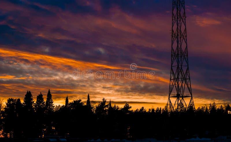 Tour hertzienne de Lahti dans le coucher du soleil photos stock