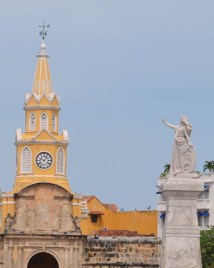 Tour jaune d'église et de statue de Carthagène photo stock