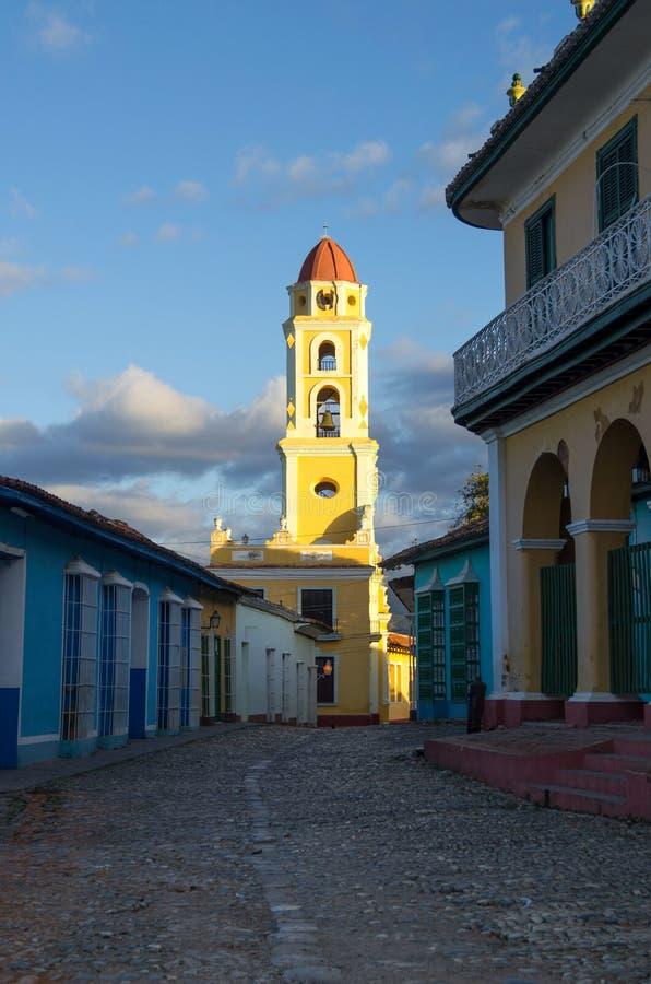 Tour jaune et maisons bleues de Trinidad Cuba photo libre de droits