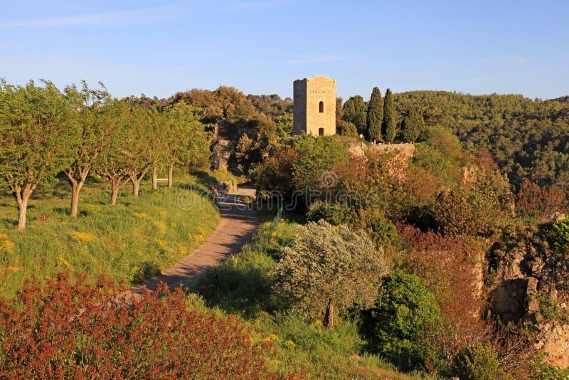 Tour médiévale dans le village avec le paysage rural, Provence photos libres de droits