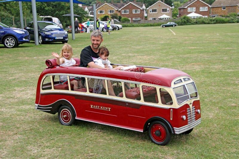 Tour miniature d'autobus de vintage images stock