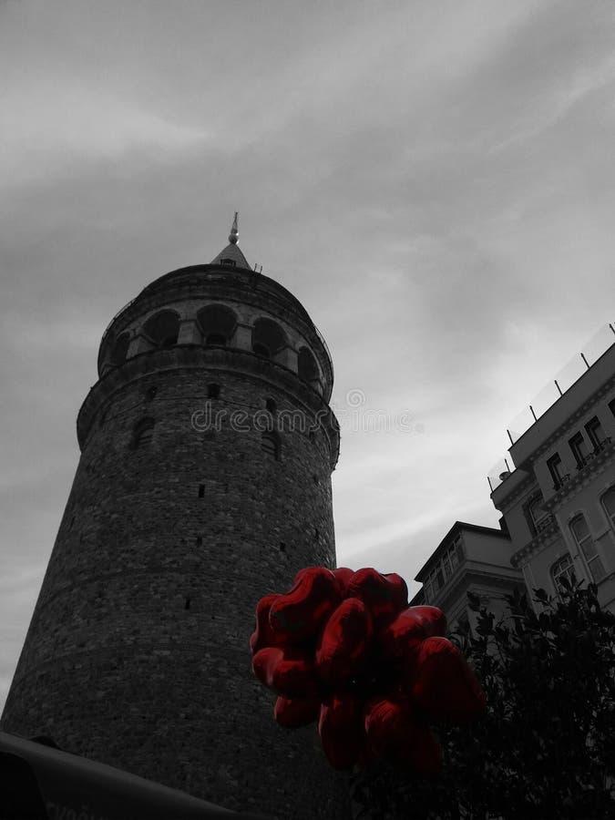 Tour noire et blanche de Galata et ballons rouges images libres de droits