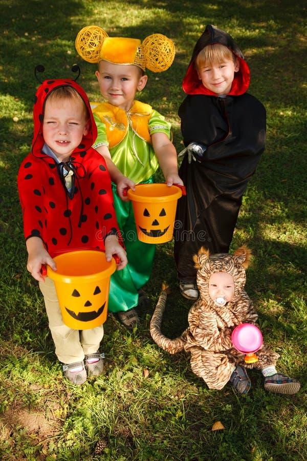 Tour ou traitement de quatre enfants images stock