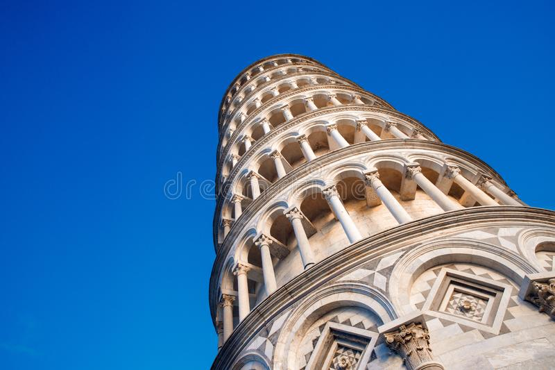 Tour pench?e de Pise Étroitement, style corinthien de colonnes de rangées photo stock