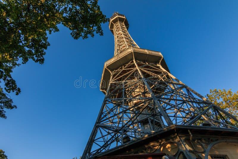 Tour Petrin à Prague sous le soleil avec vue du piédestal vers le ciel image libre de droits