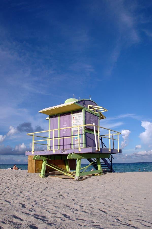 Tour pourprée de maître nageur d'art déco en plage du sud image libre de droits