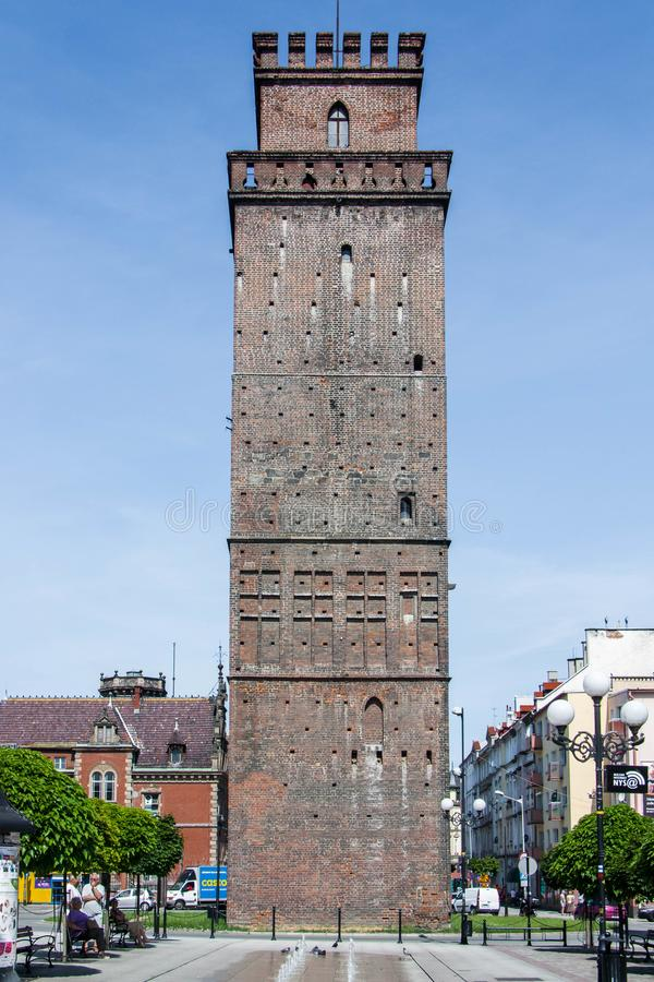 tour Quatre-dégrossie et gothique de ZiÄ™bice à partir de 1350 Dans les murs de la défense c'était une tour de porte photos stock