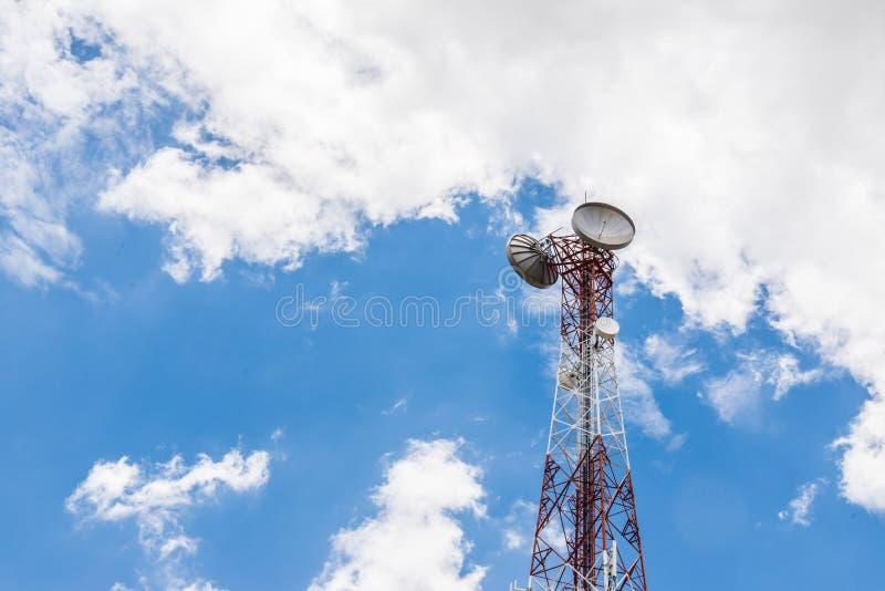 Tour rouge et blanche des communications avec beaucoup de différent images stock