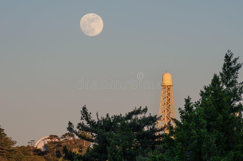 Tour solaire au bâti Wilson Observatory et à la lune photo stock