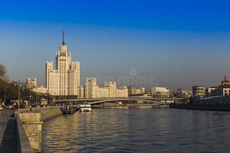 Tour sur le remblai de Kotelnicheskaya moscou Russie photographie stock libre de droits