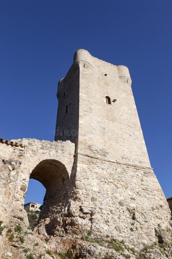 Tour typique de Mani et ciel bleu dans la ville grecque du kardamili sur le pe photo libre de droits