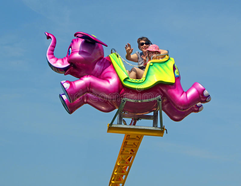 Tour volant de champ de foire d'éléphant rose image stock
