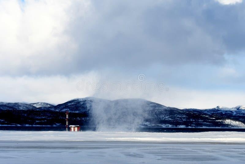 Tourbillon de neige à l'aéroport d'Alta en Norvège photo libre de droits