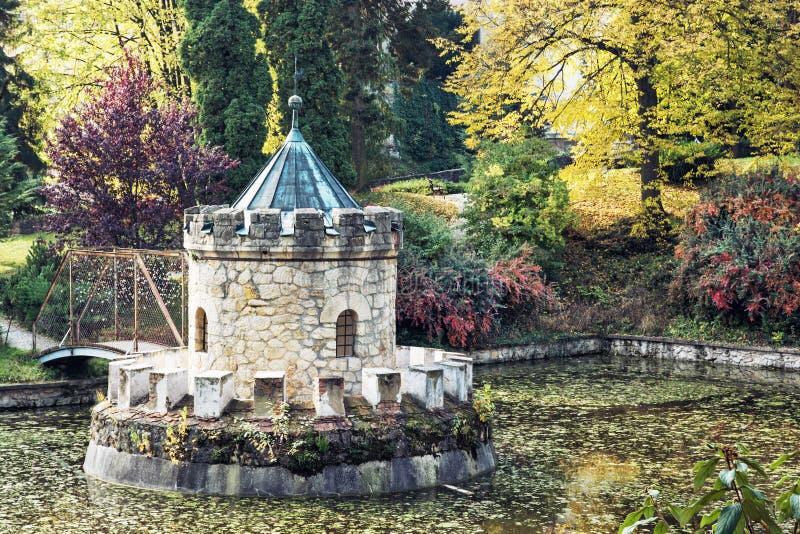 Tourelle dans Bojnice, parc d'automne, lac et arbres colorés photo libre de droits