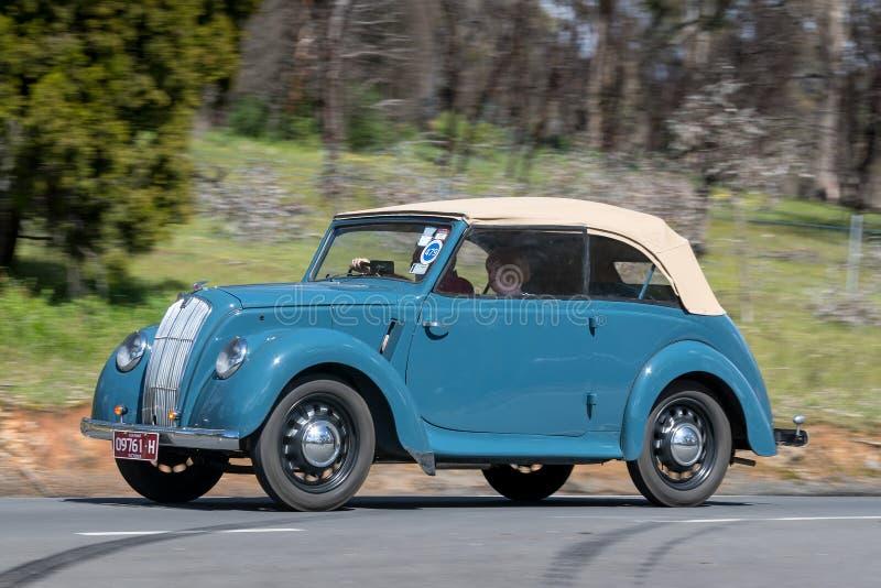 Tourer 1948 de la serie de Morris E que conduce en la carretera nacional fotografía de archivo libre de regalías