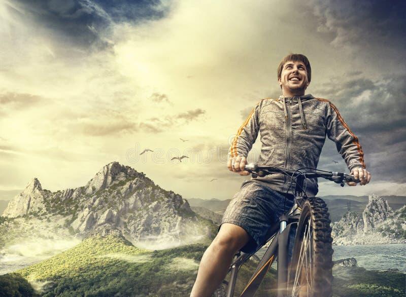 Tourisme de sport de cycliste en le vélo dans les montagnes image libre de droits