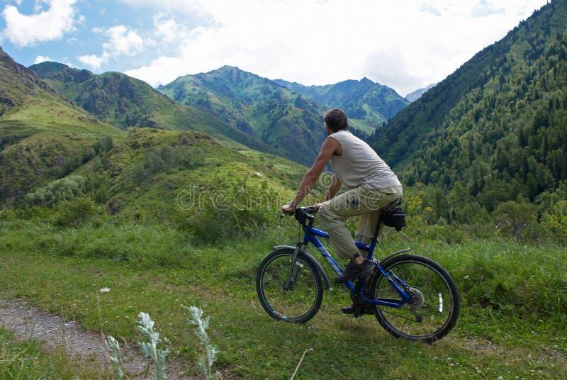 Tourisme de vélo de montagne photographie stock