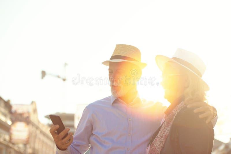Tourisme et technologie Couples supérieurs de déplacement prenant le selfie ensemble sur le fond guidé photo libre de droits