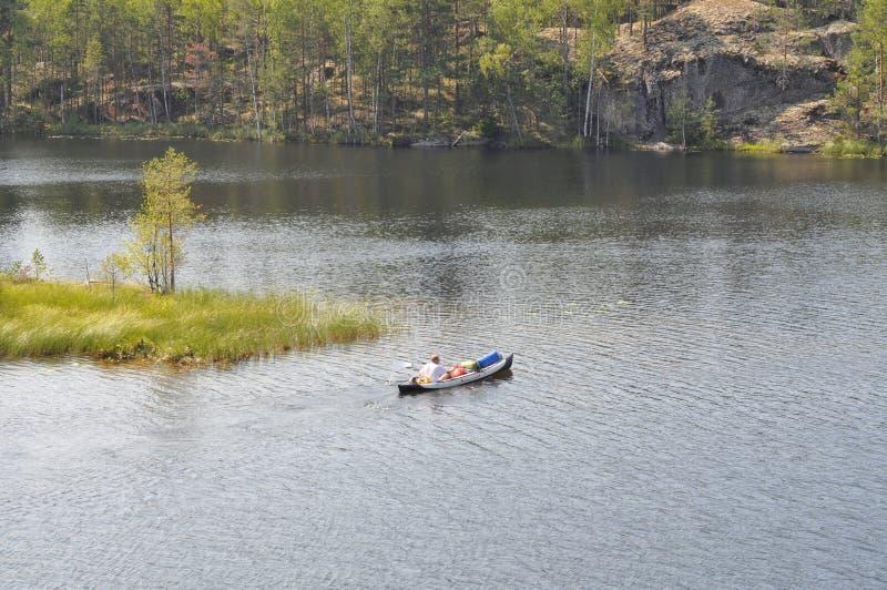 Tourisme sur des kayaks sur les lacs de la Carélie photographie stock