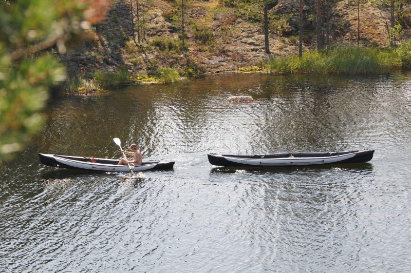 Tourisme sur des kayaks sur les lacs de la Carélie photo libre de droits