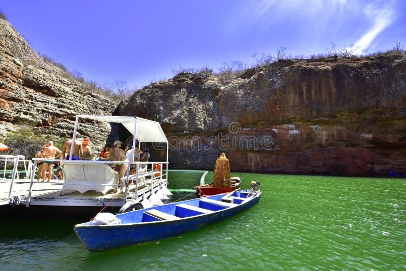 Tourismus in der Schlucht des Flusses lizenzfreies stockbild