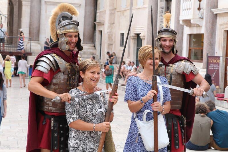 Tourismus in der Spalte, Kroatien/Roman Legionaries stockbild
