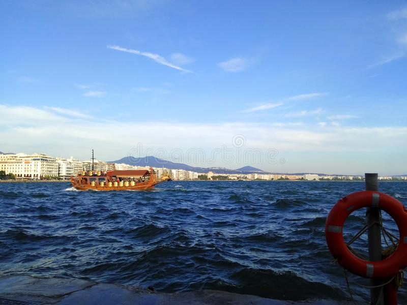 Tourismusboot in Thermaikos, Saloniki, Griechenland Stürmisches Meer stockfotos