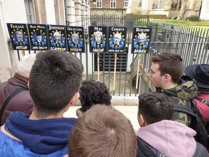 Tourist's regardant des plaquettes des membres de partie de gouvernement pendant la crise de Brexit photo libre de droits