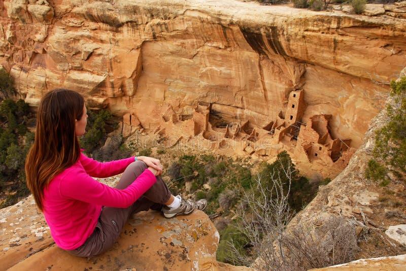 Tourist admiring Square Tower House, Mesa Verde National Park, C. Olorado, USA stock images