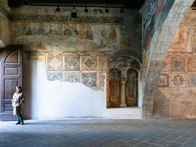 Tourist in alten aula Tempietto-Di Santa Croce lizenzfreie stockfotografie