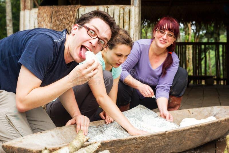Tourist in Amazonas-Becken, das Manioka-Torte zubereitet lizenzfreie stockfotos