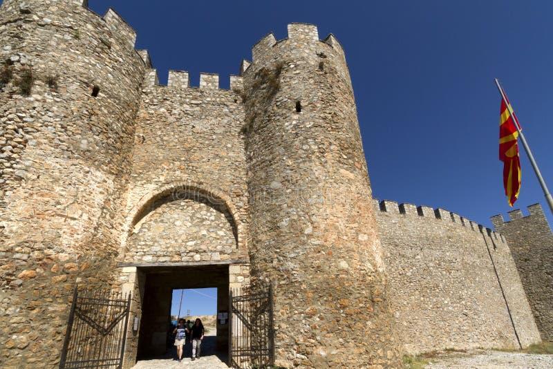 Tourist auf Besichtigung am Tor der Festung Königs Samuil in Ohrid, Mazedonien lizenzfreie stockfotos