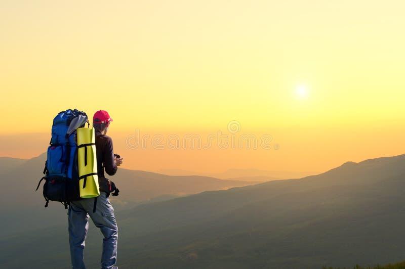 Tourist auf die Gebirgsoberseite. lizenzfreies stockbild