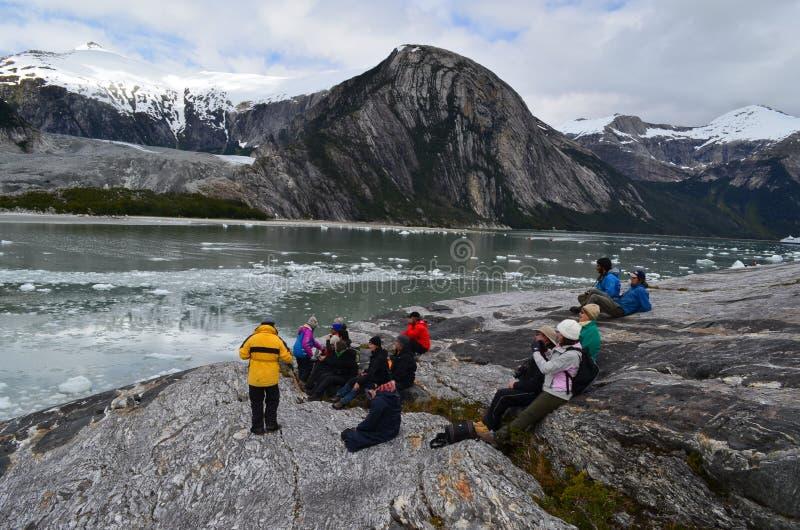Tourist auf einem Nationalpark nahe zu einem Gletscher stockfotos