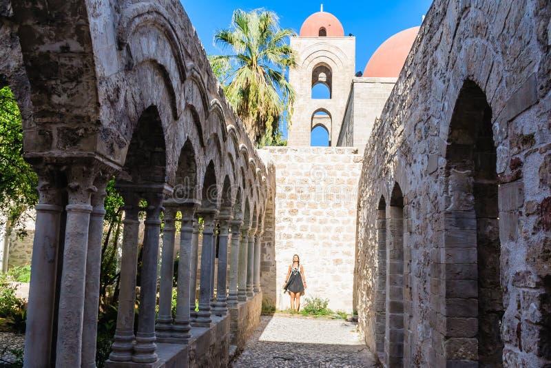 Tourist auf Hintergrund des Klosters der Araber-normannischen Kirche u. des x22; San- Giovannidegli Eremiti& x22; in Palermo sizi stockbild