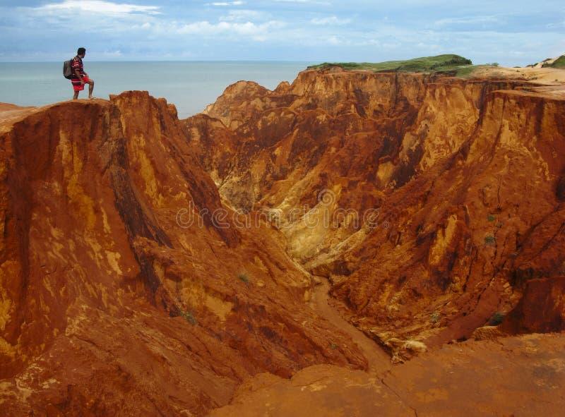 Tourist auf roten Klippen, Brasilien lizenzfreies stockfoto