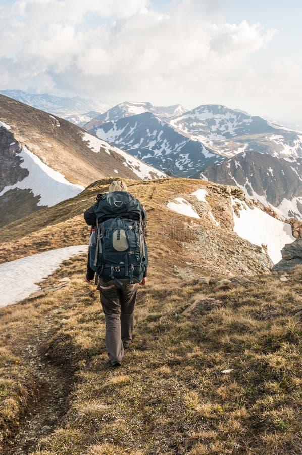 Tourist betrachtet Berge stockfotos