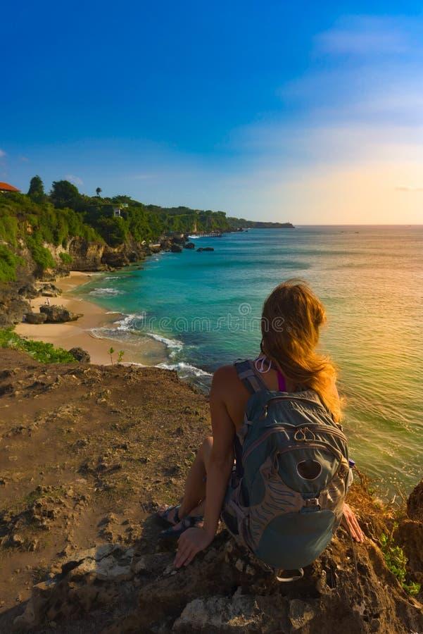 Tourist bewundert Tegal Wangi Beach Badung Bali Indonesien lizenzfreie stockbilder