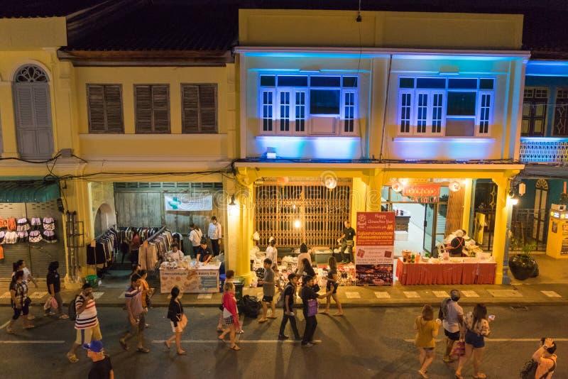 Tourist, der auf 18. chinesisches Neujahr Phuket und altes Phuk geht lizenzfreie stockfotos