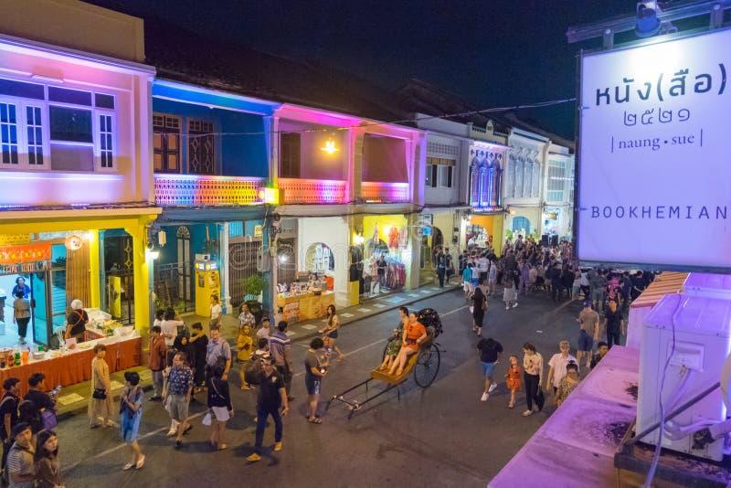 Tourist, der auf 18. chinesisches Neujahr Phuket und altes Phuk geht lizenzfreie stockfotografie