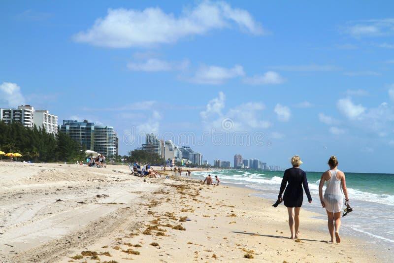 Tourist, der auf Fort Lauderdale-Strand geht stockbilder
