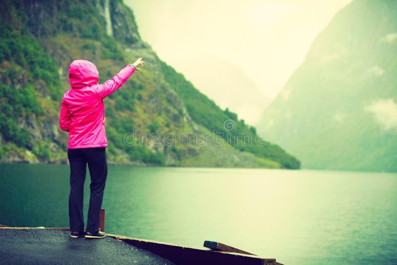 Tourist, der Berge und Fjord Norwegen, Skandinavien betrachtet lizenzfreies stockbild