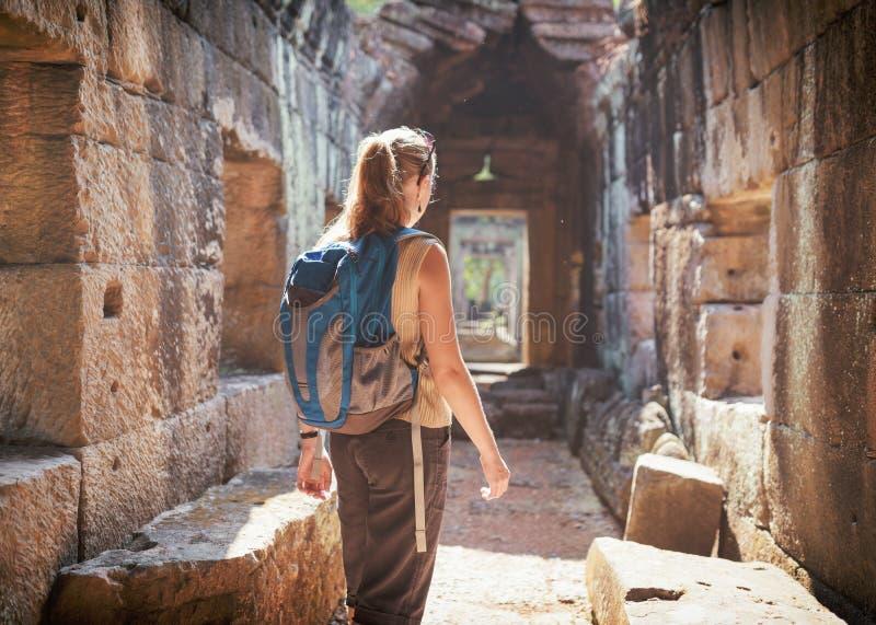 Tourist, der den Tempel Preah Khan in Angkor, Kambodscha erforscht lizenzfreie stockbilder